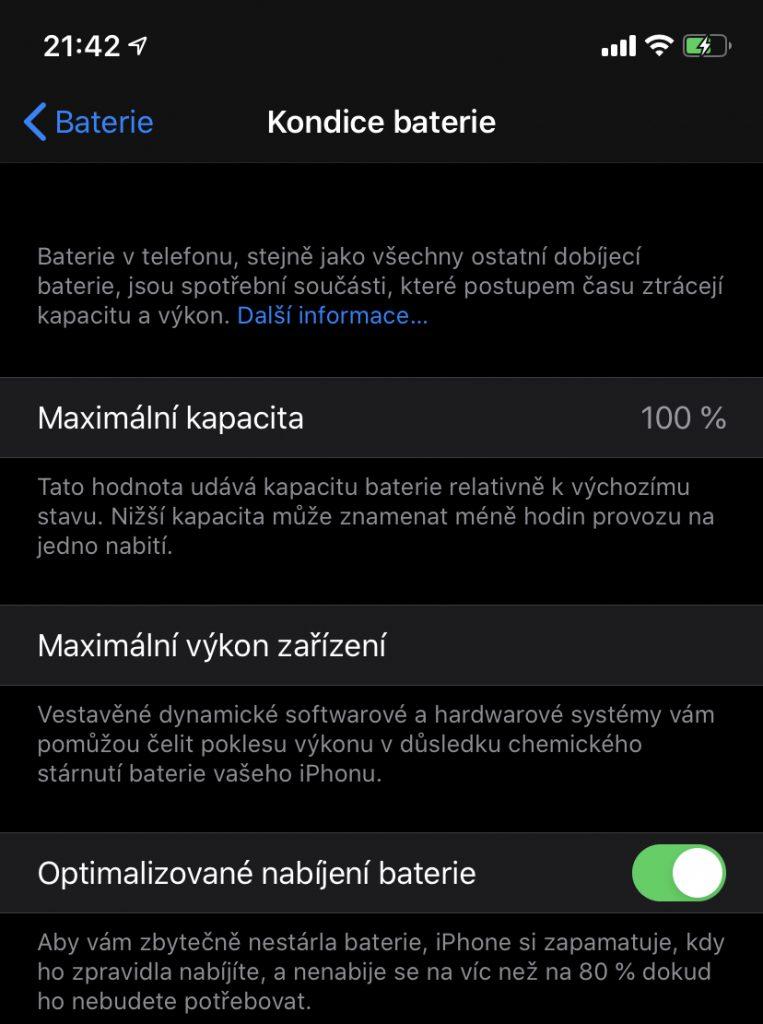 Screenshot zobrazující zapínání optimalizovaného nabíjení baterie na iPhonu