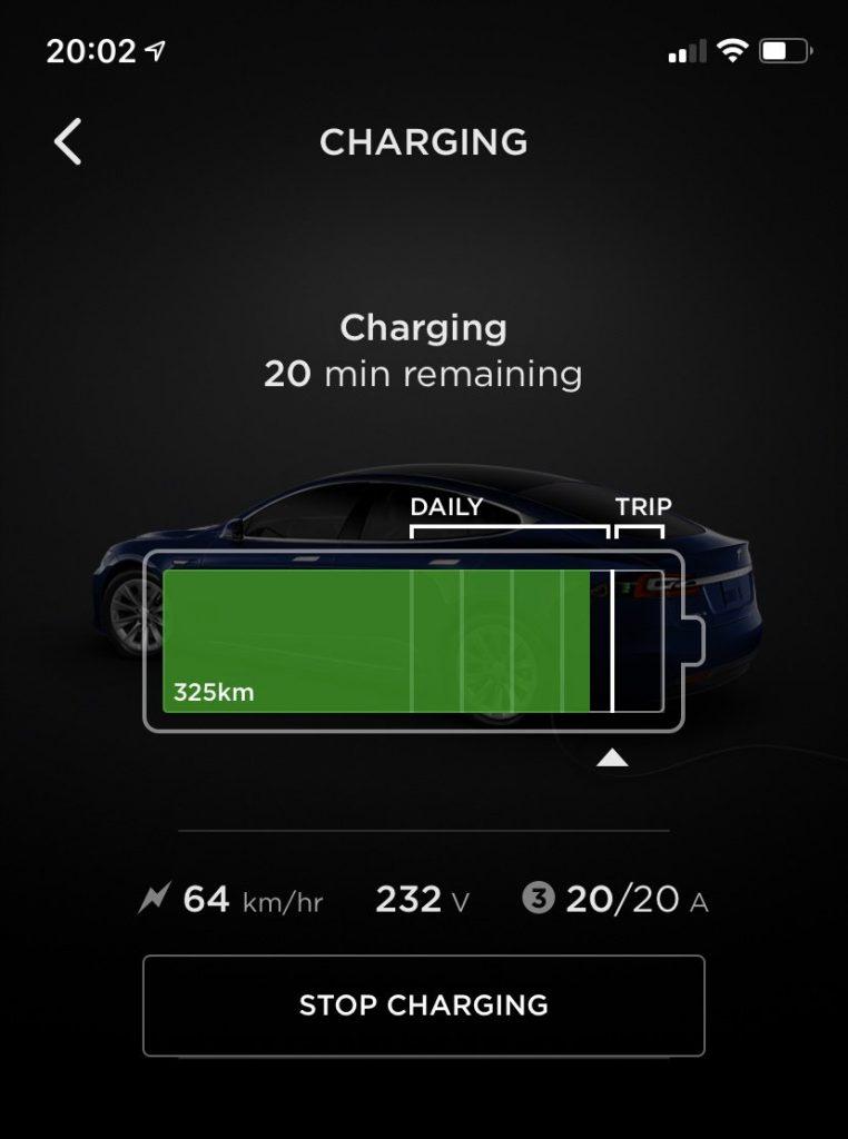 Screenshot ukazující Tesla aplikaci a možnosti nastavení úrovně dobití baterie